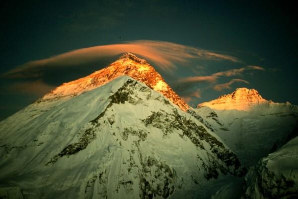 Reflejo del sol en la cumbre del Everest