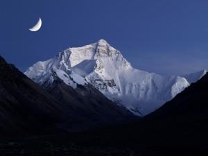 Postal: La luna sobre el Monte Everest