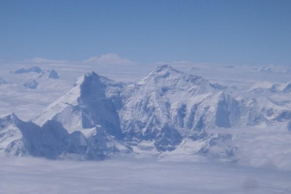 El Monte Everest totalmente cubierto de nieve