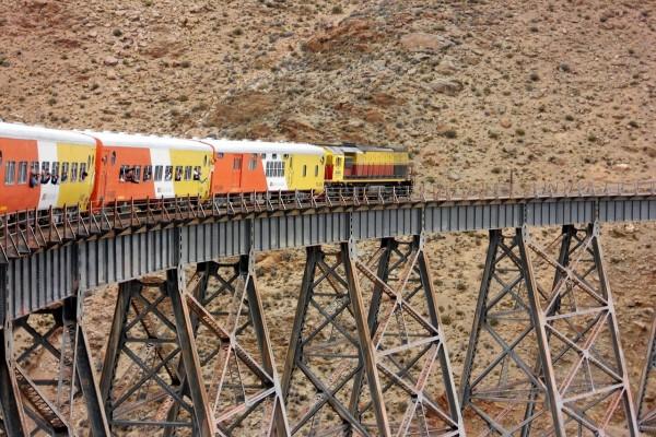 """El """"Tren a las nubes"""" cruzando el viaducto La Polvorilla (Argentina)"""