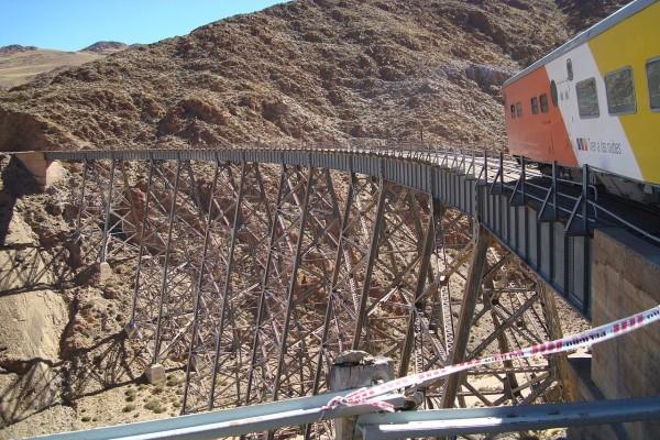 """El """"Tren a las nubes"""" cruzando el viaducto La Polvorilla (Salta, Argentina)"""