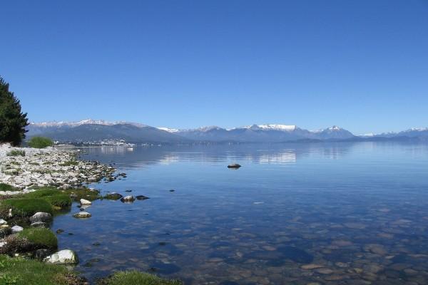 El lago Nahuel Huapi visto desde la costa de San Carlos de Bariloche (Argentina)