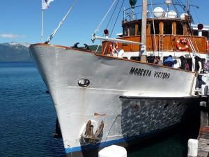 """El """"Modesta Victoria"""" amarrado en el muelle de la Península de Quetrihué (Argentina)"""
