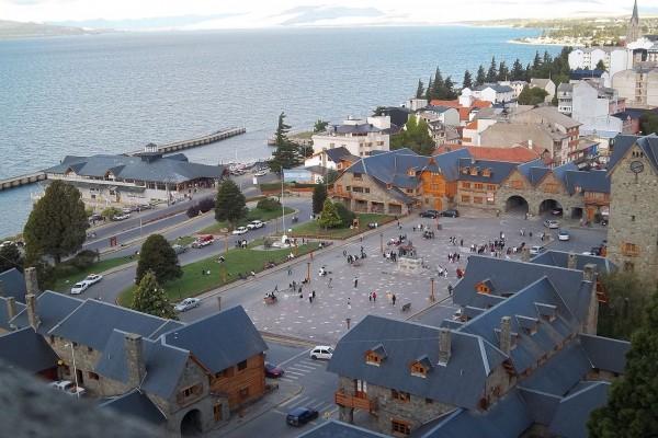 Centro Cívico y Puerto San Carlos, junto al lago Nahuel Huapi (Bariloche, Argentina)