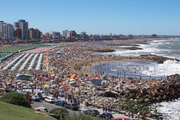 Playas de La Perla (Punta Iglesias) en plena temporada estival (Argentina)
