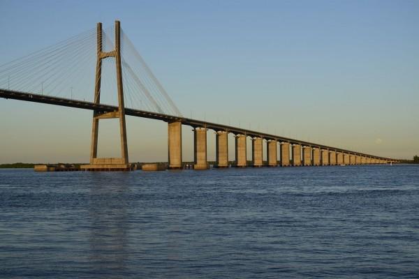 El puente Rosario-Victoria que cruza el río de Rosario (Santa Fe) a Victoria, en Argentina