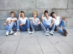Los chicos de Auryn con camiseta blanca y vaqueros