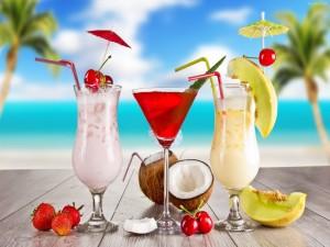 Cócteles de frutas en la playa