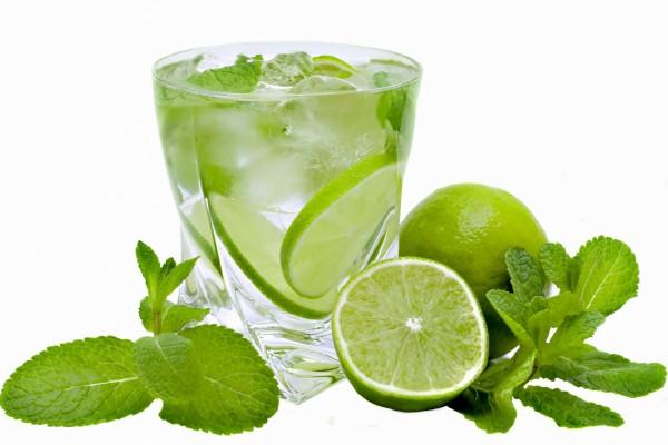 Bebida con hierbabuena y lima