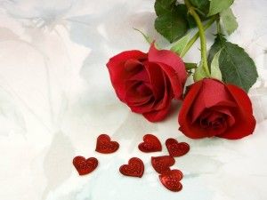 Dos rosas rojas con corazones