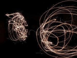 Postal: Dibujando en el aire con bengalas