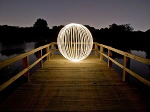 Esfera de luz en la noche