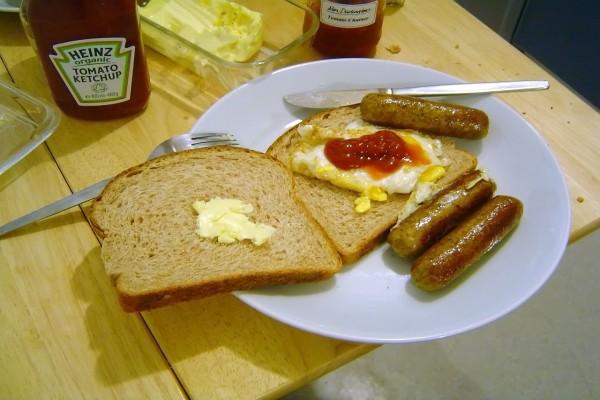Emparedado con salchichas y huevo