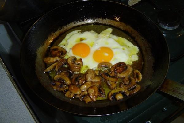 Huevos fritos con setas
