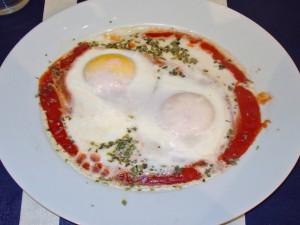 Postal: Huevos al plato (huevos con tomate)