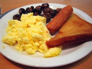 Postal: Huevos revueltos, chorizo, setas y pan frito