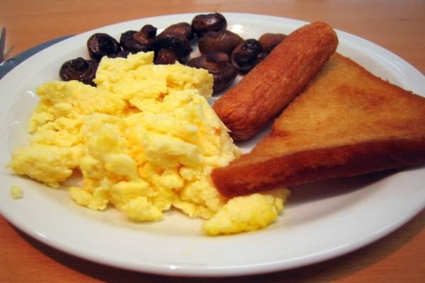 Huevos revueltos, chorizo, setas y pan frito