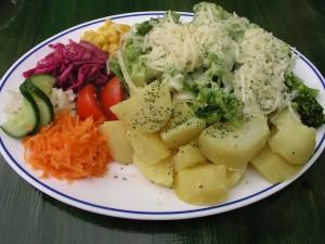 Brócoli con queso, patatas y otras verduras hervidas