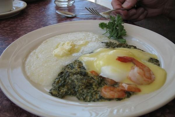 Huevos escalfados, espinacas cremosas y camarones con salsa holandesa y sémola