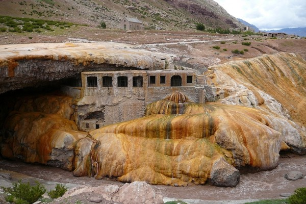 """Hotel """"Puente del Inca"""" (abandonado en 1965) en Mendoza, Argentina"""