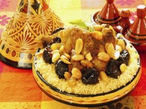 Tajine de cuscús con pollo, ciruelas y almendras (cocina marroquí)