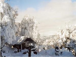 Cabaña cubierta de nieve en el Cerro Otto, Bariloche, Patagonia argentina