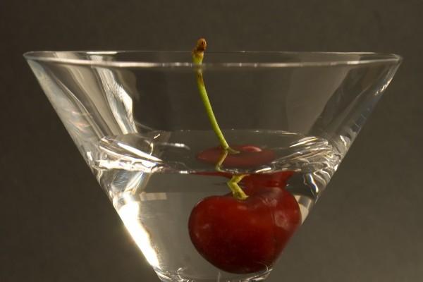 Copa de cóctel con una cereza