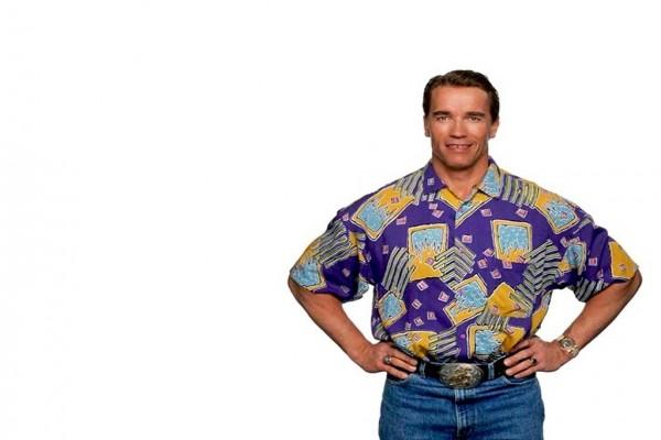 Arnold Schwarzenegger en vaqueros y camisa