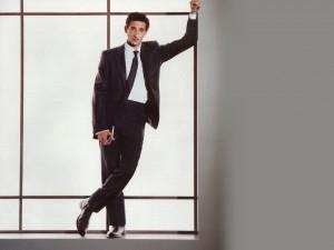 Adrien Brody vestido con un traje negro