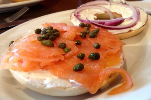 Bagel de salmón ahumado y alcaparras