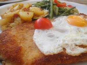 Postal: Filete de ternera empanado con huevo y verduras