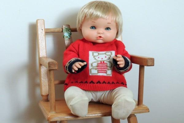 Muñeco sentado en una silla
