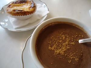 Chocolate a la taza y un pastelito