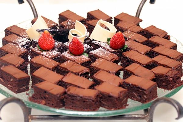 Fuente con pasteles de chocolate