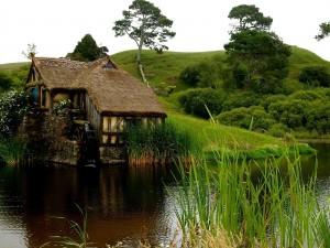 Cabaña a orillas de un río