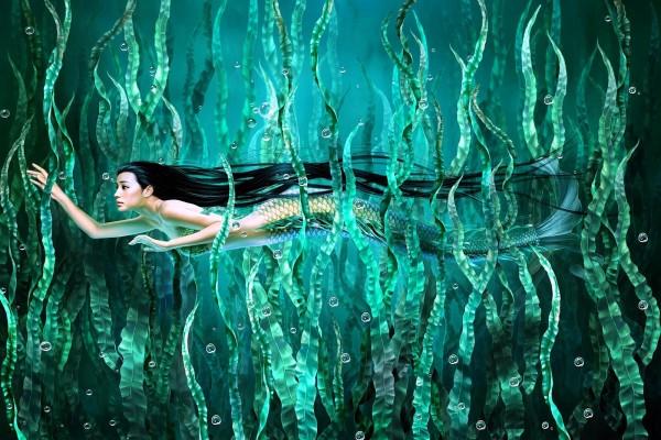 Sirena entre la vegetación marina