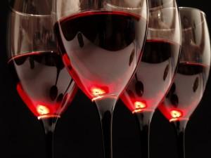 Postal: Copas con vino tinto