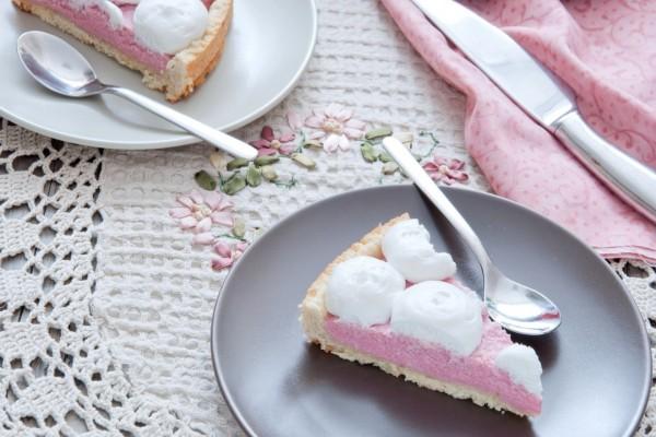 Pastel con crema de fresa y nata
