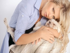 Luisana Lopilato abrazando a un perrito