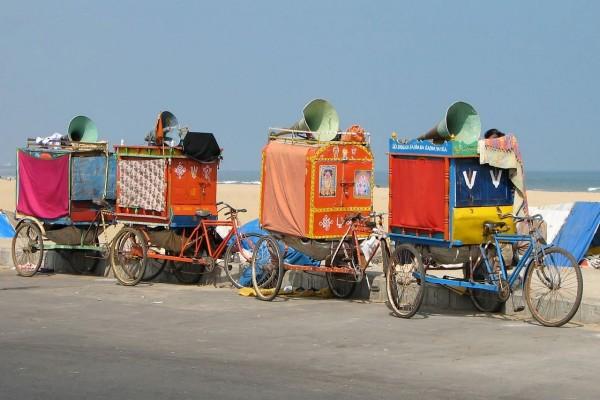 Bicicletas con carritos de una compañía de teatro de calle (Chennai, India)