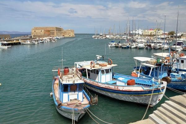 Barcos de pesca en la costa norte de Creta (Grecia)