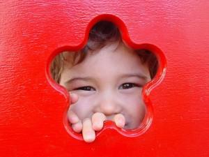 Postal: Niño asomándose por una ventanita