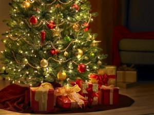Postal: Regalos al pié del Árbol de Navidad