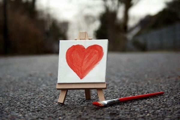 Un corazón pintado en un mini-lienzo