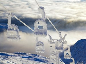 Un telesilla completamente nevado en lo alto del Areskutan, en Suecia