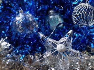 Postal: Adornos navideños plateados y azules