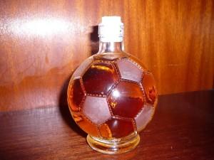 Postal: Botella de ron con forma de balón de fútbol