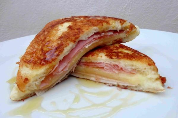Sandwich de jamón y queso con un toque dulce de miel