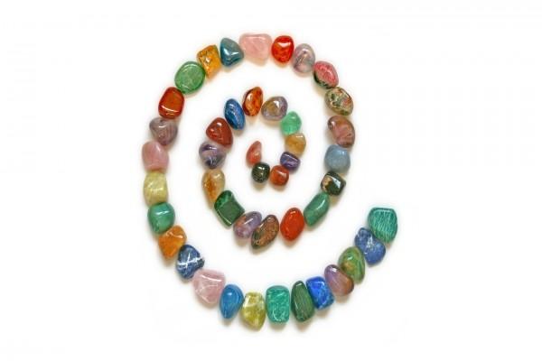 Espiral de piedras de colores