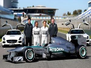 Postal: Escudería Mercedes GP (2013), con los pilotos Lewis Hamilton y Nico Rosberg